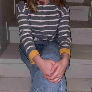Jätteskön o mysig tröja från Zara med små fickor som inte syns (skriv för bild) o liten slits på sidorna. Gul insida och gula detaljer i ärmarna. Aldrig använd så i nyskick! det står stl 152 men passar mig som är 165 bra! Köpare står för frakt.
