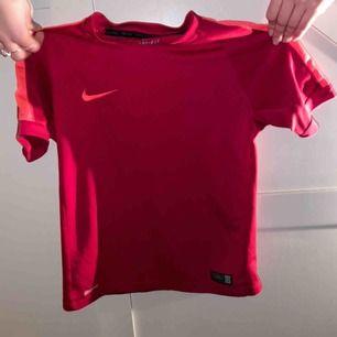Rosa/röd träningströja från Nike