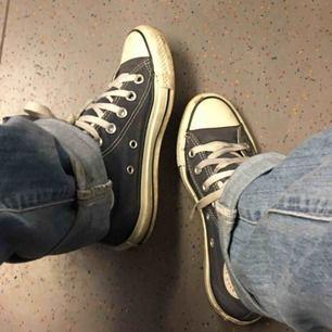 Jätte fräscha Converse i stl 35, säljer pga att dom blivit för små. Skosnöret är lite slitet på ena skon men det går lätta att byta ut!☺️