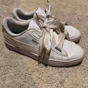 vita puma skor, använda cirka 4-5 ggr och är i bra skick. Säljer pga att de är för stora:(