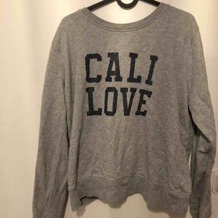 Sweatshirt från GANT. Behövs strykas, använd ett par gånger men är ändå i bra skick. Har XS och på mig sitter den oversize