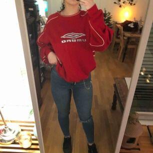Väldigt oversized fin röd umbro tröja! Säljer billigt då det står rotebro IF på baksidan🥰❤️ frakt; 54kr, skriv ifall du har några frågor!❣️