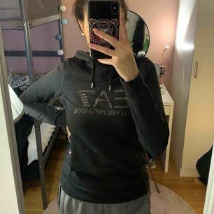 Ea7 hoodie trycket är lite slitet annars inga skador