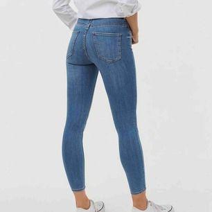 sköna och fina blå jeans ifrån gina tricot i storlek M men passar även S. nästintill oandvända pga storleksfel. BUDA!