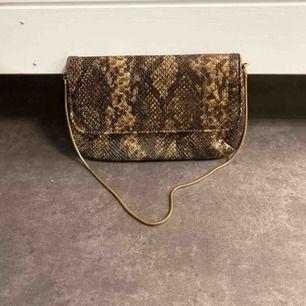 Supersnygg liten handväska i ormskinnsimitation! 🤎