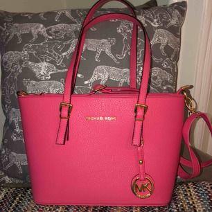 Jätte fin rosa fake Michael kors väska! Mellan modell, fråga privat om ni vill veta mått! Passar t mkt och väldigt bra skick, it mkt använd. Priset plus frakt elr mötas upp i Stockholm!