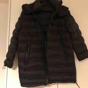 Jacka från Zara årets modell med dragsko i armslut och i nederkant av jackan. Använd ett fåtal ggr. Kan skicka men då står köparen för frakten!