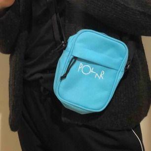 Väska från Polar i den finaste blåa färgen!! 💙. Den är i princip som ny med tanke på att den nästintill är oanvänd. Perfekt storlek för tex mobil, nycklar, glasögon, med ett praktiskt justerbart band. Köpare står för frakt 💓.
