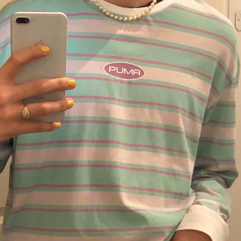 Jättefin pastellig långärmad tröja från Puma!! Skicket är super bra 💓. Köpare står för frakt! . Huvtröjor & Träningströjor.