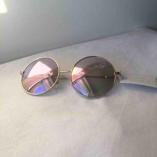 Ett par relativt stora runda solglasögon från H&M. Aldrig använda. Nypris 99. Frakt tillkommer på 22 kr tillkommer.