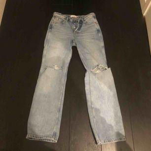 Köpta för typ en vecka sen! Jag har vanligtvis 34/36 i mina kläder och dom passar asbra, på mig e dom dock lite lång(är 164 cm lång) och därför jag säljer de!
