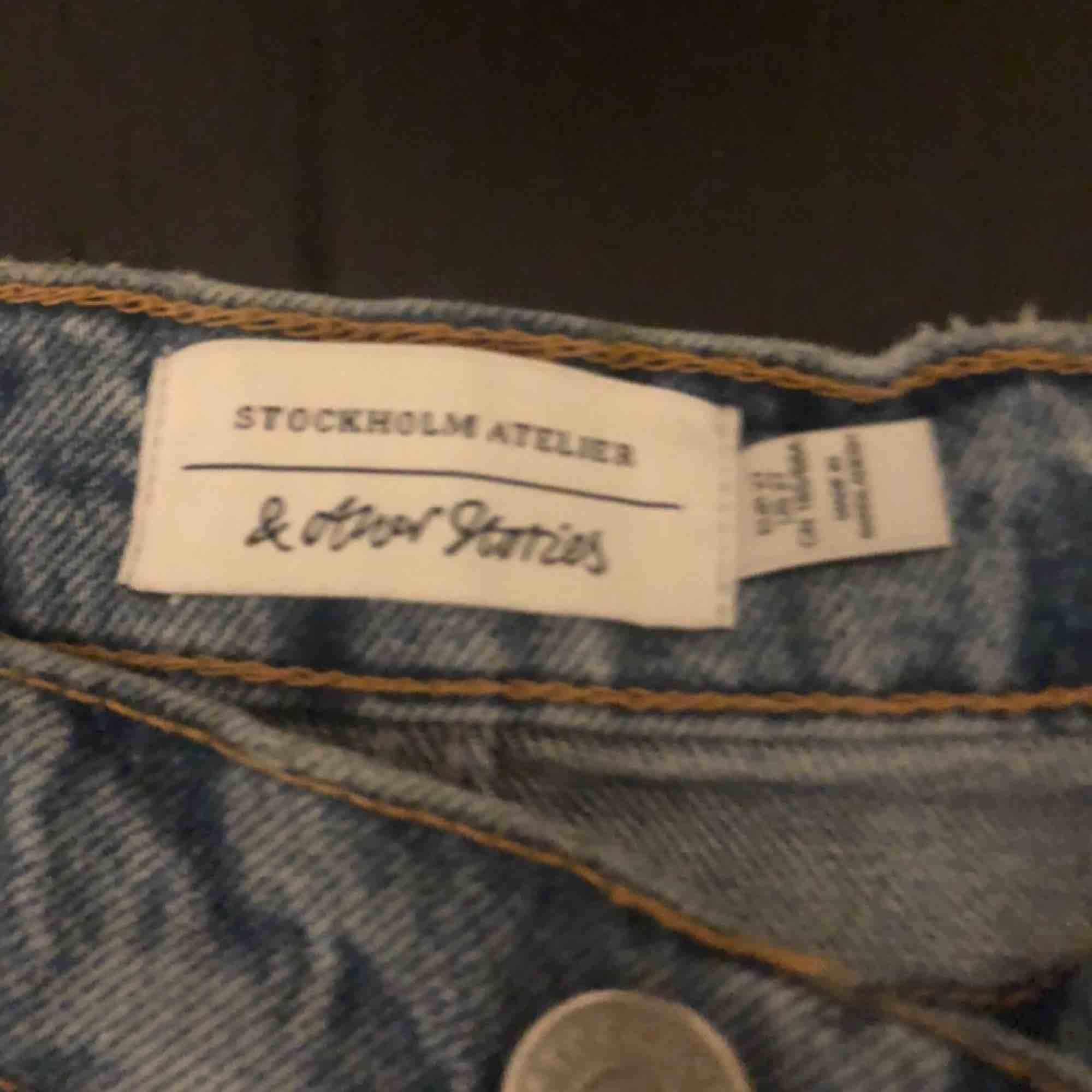 Köpta för typ en vecka sen! Jag har vanligtvis 34/36 i mina kläder och dom passar asbra, på mig e dom dock lite lång(är 164 cm lång) och därför jag säljer de!. Jeans & Byxor.