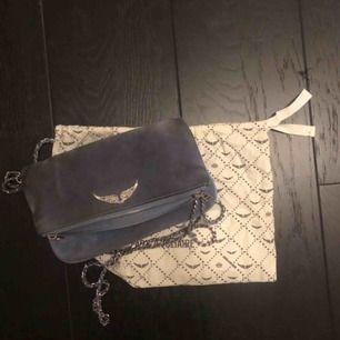 Säljer min Zadig väska då den inte kommer till användning längre, skitsnygg och passar till nästan allt!💞