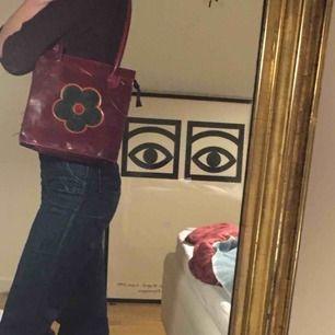 Cool och UNIK väska som får plats med mer vad man tror o har en ytterficka! En av mina favoriter 😢💖 Möts upp på söder elr fraktar:)