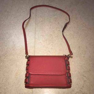 Ja säljer min röd Axel väska den är helt ny och fräsch kan skicka flera bilder om du är intresserad☺️💕