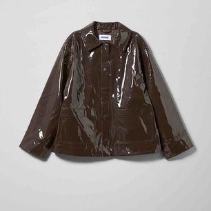 Electra patent jacket från Weekday. Använd endast en gång! Storlek S men modellen är lite oversize. Kan mötas upp i Stockholm annars står köparen för frakt! Kan skicka fler bilder