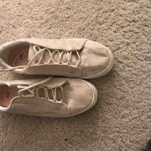 Jättefina stilrena och klassiska skor som man både kan klä upp och ner