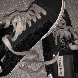 Säljer dessa äkta glittriga Steve Madden skor! De är knappast använda så i nyskick! Köpta för några år sedan så finns inte kvar att köpa.