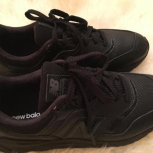 Helt nya svarta New Balance skor i äkta läder