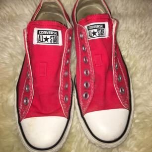 Sparsamt använda converse i röd färg. C