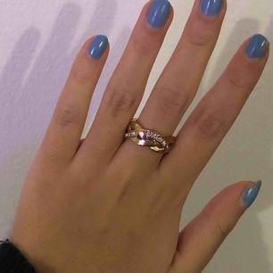 Säljer denna ring, förlorat lite av sin färg men det syns inte så mycket. Lägg ett bud från 15kr!! Frakt tillkommer (9kr)
