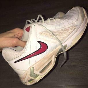 Nike air skor, vintage, bra begagnat skick (lite sliten på sulan på insidan, men inget som påverkar eller syns). Vintage. Strl 44 EU, US 10. Priset är inte ristat i Sten