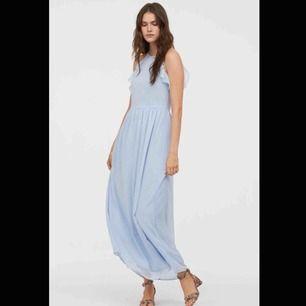 Superfin ljusblå balklänning. Den är från H&M. Jag är ca 161 cm och den var perfekt längd till klackar (8 cm). Endast använd en kväll, gott skick!