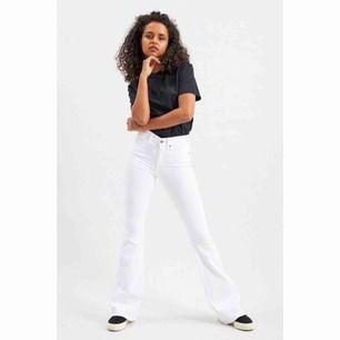 Ett par jättesnygga Dr Denim Jeans - Modellen heter macy withe 199 och är i storlek L men skulle mer säga M, dock är dem töjbara så L skulle också funka. De är i bra skick skulle jag säga och har inga fel. Nypris: 499kr