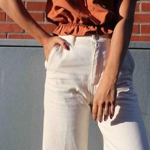 Jeans, off white I culottes-modell. Sparsamt använda  Frakt tillkommer