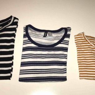 1:a- Randig ribbad t-shirt från Lee. Storlek S. 30kr. 2:a- Randig ribbad T-shirt från H&m. Storlek ca. 30kr 3:e- Randig herr t-shirt, men liten i storleken, S. 30kr. Kan mötas upp i Stockholm eller frakta:)