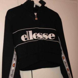 Kort hoodie ( Ellesse ) varm och skit snygg😍😍😍 frakt ingår i priset💕