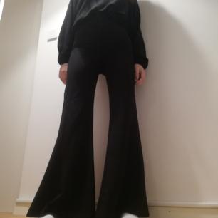 Weekday Magie trousers i stl XS. Svarta utsvängda kostymbyxor med hög midja. Frakt 59 kr.