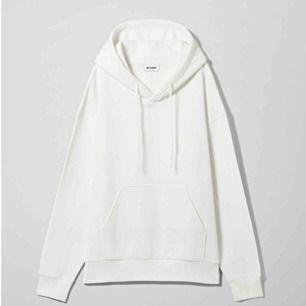 Säljer min vita weekday hoodie som är hur snygg som helst och oversize i modellen. Beroende på hur man vill att den ska sitta så passar den från XS-L. Frakt tillkommer.