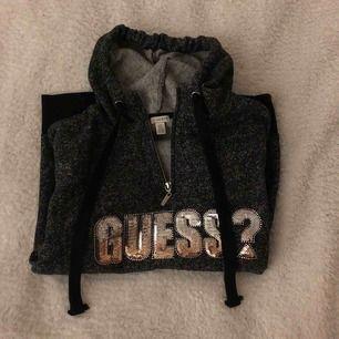 (INTRESSEKOLL ) Säljer min ÄKTA guess hoodie. Original pris ca 600kr. Jätte mjuk material inuti. Den sitter lite oversized. Har använt den ett fåtal gånger och säljs pga det är inte min stil längre 🤍 Buda gärna