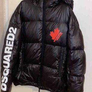 Dsquared2 Puffer Down Jacket Black  Beskrivning: Down jacket från Dsquared2 i  en sportig modell med luva.   Storlek M  Detaljer: Svart Bra skick  100% äkta   Nypris: SEK 7,299  Pris: SEK 3800