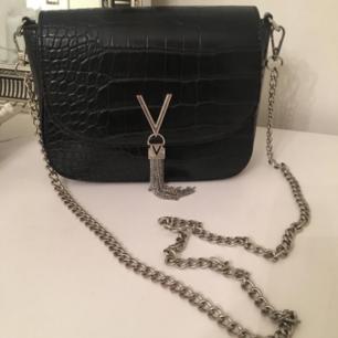 valentino väska i svart läder ( äkta) med krokodilmönster. Väskan är som ny, använd max 3 gånger.