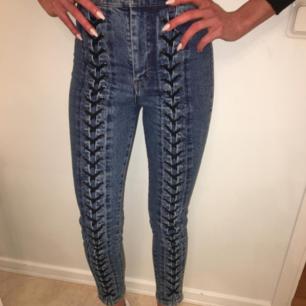 Nya jeans från Othee stories! Fina detaljer på framsidan. Jeansen är i strechmaterial med hög midja