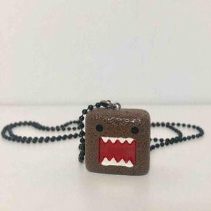 Domo-kun halsband från Kawaii shop i bra skick, sällan använt. Originalpris 180kr! Vikt: 20 gram Volym: 2,5 x 2,5 x 1 cm   Kan mötas upp i Tyresö eller i Stockholm. Utöver det står köparen för eventuell frakt 💚