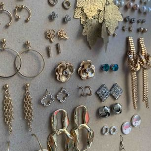 UPPDATERING: tack för så stort intresse! Nu är nästan alla sålda eller tingade, se bild nr 2 för de som finns kvar :)  Städar ut min smyckessamling! Det mesta är helt oanvänt och i perfekt skick!! Blandade märken, ej äkta silver/guld. Ett par: 5 kr.