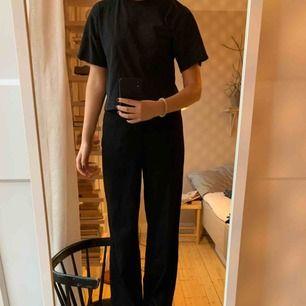 Svarta klassiska högmidjade kostymbyxor från BikBok i storlek small. Köparen står för frakt.