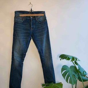 Aldrig använda kvalitet jeans från Nudie i storlek W28 L30. Inköpta för 1400kr i höstas, men kom aldrig till användning, tyvärr. Jeansen är unisex och passar både kvinnor och män.