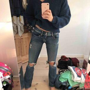 Ett par sjukt snygga håliga bootcut jeans i den perfekta blåa färgen från American Eagle. Har nog aldrig testat ett par stretchigare jeans en dessa. De är lågmidjade och i XS/ XXS stor 00 i jeansen