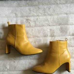 Mustard gula klackskor men en unik klack, super nice accent sko.