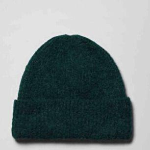 Grön mössa från weekday, samma passform som mössan på andra bilden, org pris är 300 kr💕
