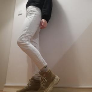 Vita jeans i lite tightare mom-modell från Gul & Blå köpta secondhand i stl 26. Jag på bilden är 169 cm. En metallgrej har färgat av sig lite vid den högra fickan, kan skicka bild . Snygga till chunky platåskor. Frakt 42 kr.