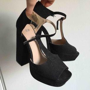 Högklackade skor i svart. Ca 12 cm höga i bra skick