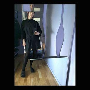 Svart skjort/klänning i linne. Strl M/L beroende på hur man vill att den ska sitta. Jag är S/M och gillar den looken. Fin med sandaler på sommaren