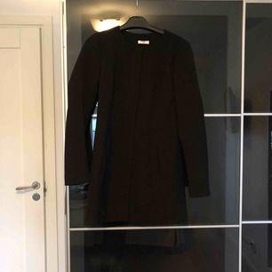 Ett snygga svart kappa från Jacqueline de yong nu only, köptes i augusti 2019, knappt använd