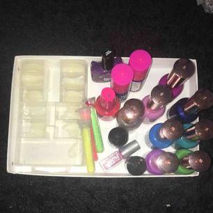 Blandade nagellack: några är lite använda men inte jättemycket, 15 kr styck eller 150 för alla. Lösnaglar i blandade storlekar 30 kr. Glitter som man kan ha på naglarna, helt oanvänt i 3 olika färger. 10 kr styck. (Spillt nagellack på ena förpackningen)
