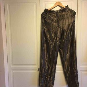 Super snygga byxor i silke helt oanvända!🥰 nypris 799 jag säljer för 200😊